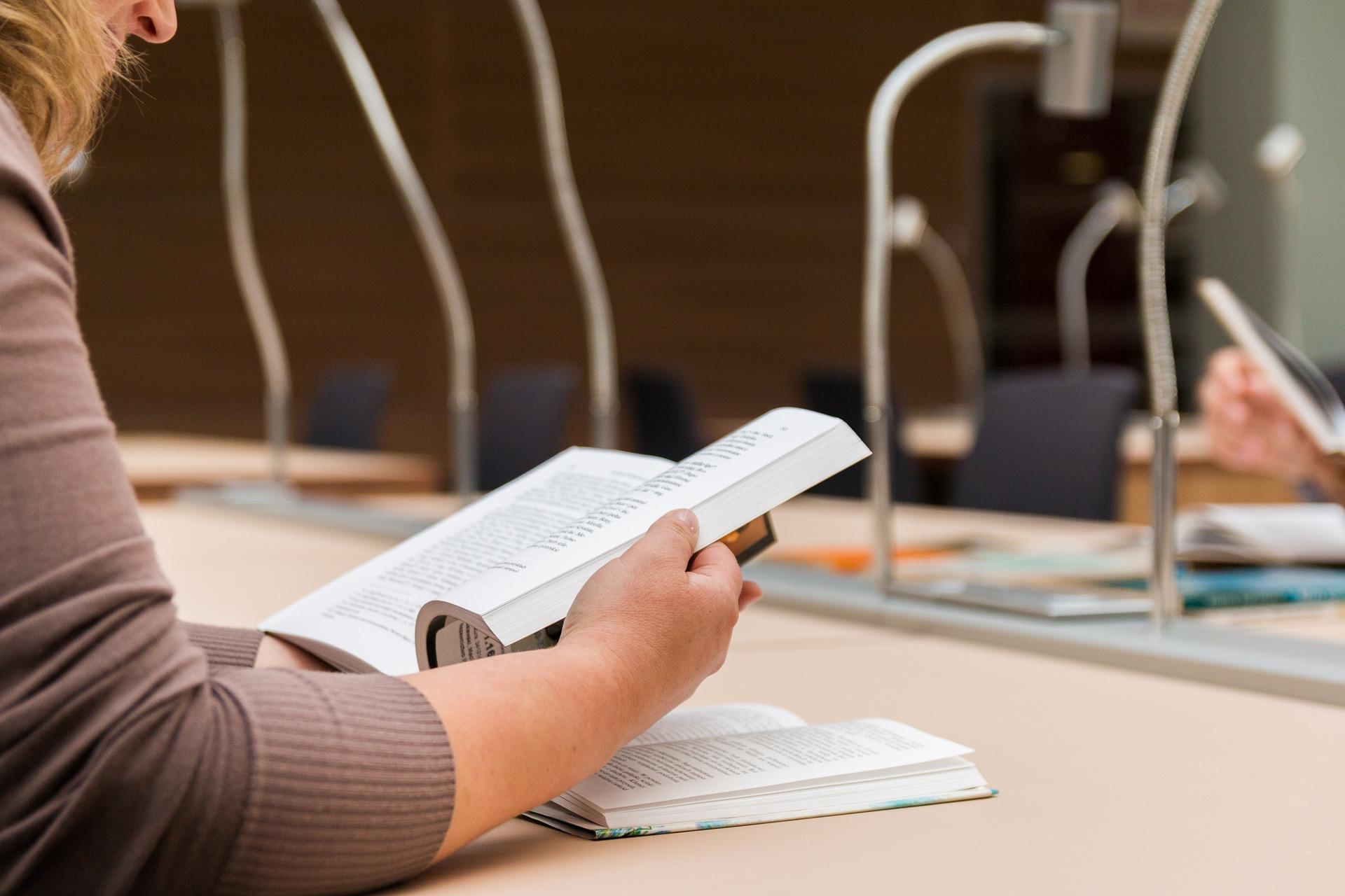 opositor-leyendo-estudiando